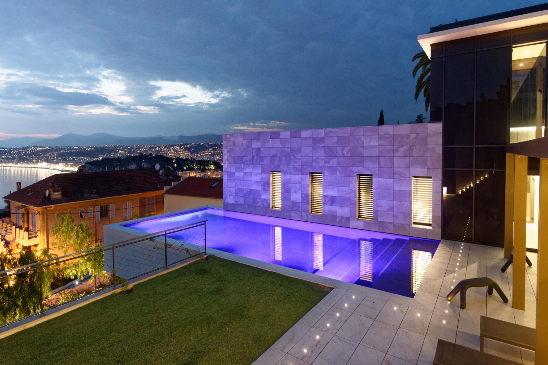piscine d'extérieure illuminée lauréate des Trophées de la piscine 2018 catégorie piscine de nuit